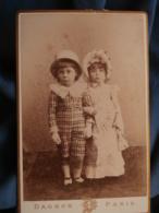 Photo Format Cabinet Dagron à Paris - Couple Jeunes Enfants Costumés Circa 1890 L415 - Photos