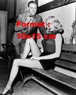 Reproduction D'une Photographie Ancienne D'un Homme En Admiration Devant La Séduisante Joi Lansing En 1955 - Reproductions