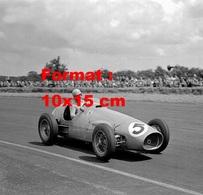 Reproduction D'une Photographie Ancienne Du Pilote Alberto Ascari Dans Sa Ferrari Au Grand Prix De Silverstone En 1953 - Reproductions