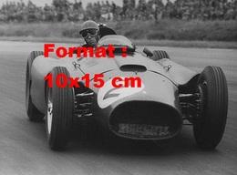 Reproduction D'une Photographie Ancienne D'une Ferrari Au Grand Prix De Silverstone En 1956 - Reproductions