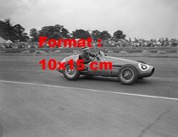 Reproduction D'une Photographie Ancienne D'une Ferrari N°8 Au Grand Prix De Silverstone En 1953 - Reproductions