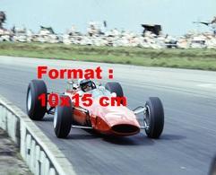 Reproduction D'une Photographie Ancienne D'une Ferrari Au Grand Prix De Silverstone En 1965 - Reproductions