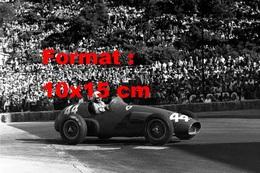 Reproduction D'une Photographie Ancienne De Maurice Trintignant Dans Sa Ferrari 625 Aux Grand Prix De Monaco En 1955 - Reproductions