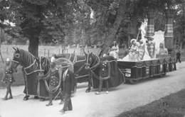 CARTE PHOTO  CAVALCADE RECONSTITUTION HISTORIQUE -PHOTOGRAPHE HEBERT(ATTICHY) LOCALISATION MARCHAIS (AISNE) NON VERIFIEE - Photographie