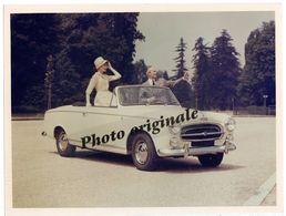 Autos Voitures Automobiles Cars - Photo De Presse Originale - Cabriolet PEUGEOT 403 Avec Homme Et Femme - Cars