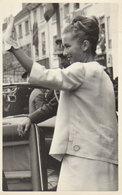 """Bruxelles 1999   """"  Mariage Princier Mathilde -  Mathilde Saluant La Foule !  """" - Personnages Célèbres"""