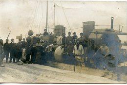 349. CPA PHOTO MARINS ET BATEAU A QUAI. ECRITE DE LA PECHERIE 1915 - Bateaux