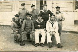 352. CPA PHOTO 83 DE TOULON. GROUPE DE MARINS 10è COMPAGNIE SUR LES BERETS 1914 - Toulon