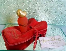 """Miniature  """"DECI DELA """" De NINA RICCI Eau De Toilette Concentrée 5 Ml Dans Sa  Pochette Suédine Siglée (M076-3) - Miniatures Modernes (à Partir De 1961)"""
