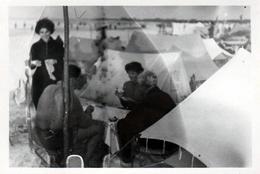 Photo Originale Camping & Superposition De Tentes Canadiennes Pour Partie De Carte Floue Au Camping Vers 1950 - Places