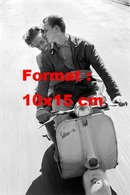 Reproduction D'une Photographie Ancienne De Deux Amoureux Sur Un Scooter Vespa En 1959 - Reproductions