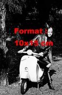 Reproduction D'une Photographie Ancienne D'une Femme En Blouson, Robe Et Bottes En Cuir Noir Sur Un Scooter Vespa 1964 - Reproductions