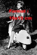Reproduction D'une Photographie Ancienne D'une Femme En Veste En Cuir Sur Un Scooter Vespa Spécial En 1964 - Reproductions