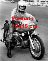 Reproduction D'une Photographie Ancienne De Claudio Villa Sur Une Moto Guzzi Dans Les Années 60 - Reproductions