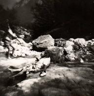 Photo Carrée Originale Bain De Pieds Et Acrobatie De Glissades Dans Un Torrent En 1974 - Farniente Et Péripéties - Places