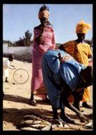 C428 SENEGAL - DAKAR - COSTUMES FOLKLORE PEOPLE ETHNICS WOMAN - FISHWIFE AT THE BEACH - Senegal