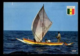 C431 SENEGAL - COSTUMES FOLKLORE PEOPLE ETHNICS - PIROGUE DE PÊCHE - Senegal