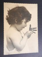 19855) BAMBINA  SI GUARDA LE MANI NON VIAGGIATA 1953 CIRCA - Portraits