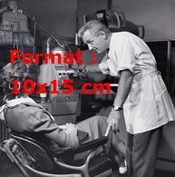 Reproduction D'une Photographie Ancienne D'un Dentiste Posant Des Questions à Sa Patiente - Reproductions