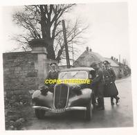 WW2 PHOTO ORIGINALE Soldat Allemand Visite Cimetière  En France Avec TRACTION CITROËN Mais Où ?? - 1939-45