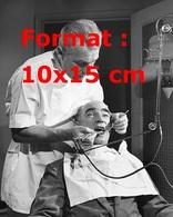 Reproduction D'une Photographie Ancienne D'un Dentiste Travaillant Sur La Dent D'un Patient - Reproductions