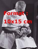 Reproduction D'une Photographie Ancienne D'un Dentiste Travaillant Sur La Dent D'un Jeune Patient - Reproductions