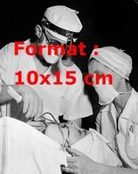 Reproduction D'une Photographie Ancienne D'un Chirurgien Dentiste Et Son Assistante Opérant Une Patiente - Reproductions