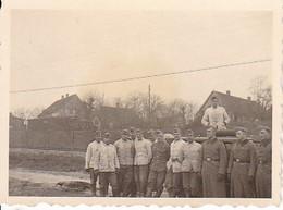 Foto Gruppe Deutsche Soldaten - 2. WK - 5,5*4cm (38743) - Guerre, Militaire