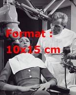 Reproduction D'une Photographie Ancienne D'une Patiente Non Rassurée Chez Le Dentiste - Reproductions