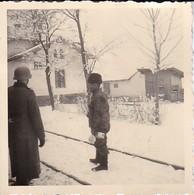 Foto Deutscher Soldat Mit Stahlhelm Und Mann Mit Pelzmütze - 2. WK - 6,5*6,5cm (38751) - War, Military