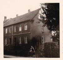 Foto Frau Mit Schaf Vor Einem Wohnhaus - Ca. 1940 - 5,5*5,5cm (38752) - Personnes Anonymes