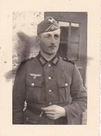 Foto Deutscher Soldat Mit Zigarette - 2. WK - 8*5cm (38754) - Guerre, Militaire