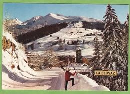 CPSM LA CLUSAZ Arrivée à La Station Animé Panneau Neige - La Clusaz