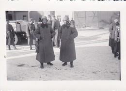 Foto Deutsche Soldaten Mit Gewehr, Wintermantel Und Stahlhelm - 2. WK - 9*5,5cm (38762) - Guerre, Militaire