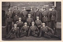 Foto Gruppe Deutsche Soldaten Mit  Stahlhelm - 2. WK - 8,5*5,5cm (38763) - Guerre, Militaire