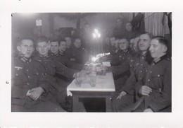 Foto Deutsche Soldaten Bei Weihnachtsfeier - 2. WK - 8,5*5cm (38765) - Guerre, Militaire
