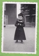 Rare Photographie Originale Enfant Habillé En Curé Avec Soutane Déguisement ? Carnaval ? - Personnes Anonymes