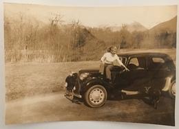 Femme Assise Sur Une Voiture Avec Son Chien. Citroën. - Automobile