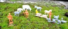 Rare Lot De Petites Figurines Animaux Et Personnages De La Ferme  Publicitaires La Roche Aux Fées - Toy Memorabilia