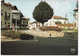 Ascain: CITROËN 2CV, RENAULT 12 BREAK, PEUGEOT 305, 404 - Monument Aux Morts, Hotel Du Trinquet - (64) - Voitures De Tourisme