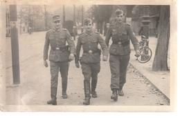 Foto, 3 Soldaten Mit Koppel, Pistole U. Taschenlampe - War 1939-45
