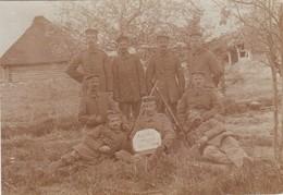 Carte Photo Réelle - Groupe De Militaires - Armes - Auf Der Wacht Am Njemen - 1916 - Cachet - Autres