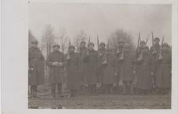 Carte Photo Réelle - Groupe De Militaires -  Armes - Casque - Army & War