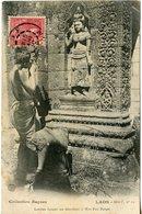 375. CPA LAOS. LAOTIEN FAISANT SES DEVOTIONS A WAT POU BASSAC 1910 - Laos