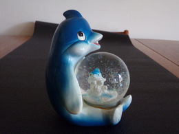 Boule à Neige Sur Son Socle En Plastique Dauphin ( 10 X 12 X 12 Cm , 336 Gr ) - Other Collections
