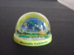 """Boule à Neige """" Nouvelle Calédonie Nouméa """" ( 7 X 5.5 X 5 Cm, 57 Gr ) - Other Collections"""