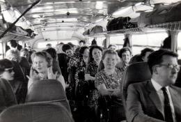 Photo Originale Intérieur D'Autocar & Car Touristique, Bus, Autobus & Bagages Au Dessus De La Tête Des Passagers 1960/70 - Automobiles