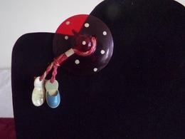 Broche Chapeau Et Chaussures En Plastique - Broches