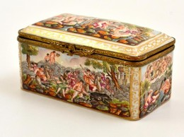 Cca 1850 Capodimonte Porcelán Asztali Díszdoboz, Plasztikus Mitológiai Jelenetek, Kézzel Festett, Belsejében Virágos Dek - Céramiques