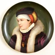 Cca 1900 Kézzel Festett Porcelán Női Portré, Hátoldalán Karcolt T Jelzéssel, Jó állapotban, D: 25,5 Cm - Ceramics & Pottery